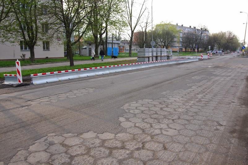 Frezowanie asfaltu odkryło poprzednia nawierzchnię ulicy Spornej.