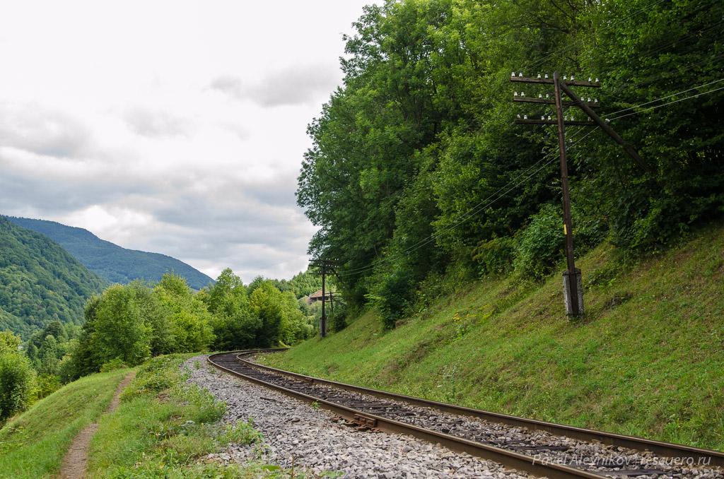 Тропинка вдоль железной дороги в Квасах