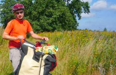 Chris auf einem Feldweg bei Tenknitten/Muromskoe (Foto: Martin Bullinger)