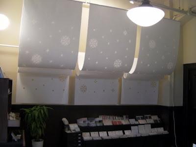 家紋のような柄で透け感を持たせ、ドレープを入れた空間演出用の坤柄紙(こんがらし)