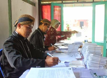 Tekan Angka Golput, Petugas PPS Kenakan Pakaian Adat Jawa
