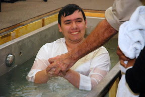 Jonathan sur le point d'être baptisé