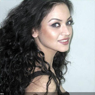 beautiful Maryam Zakaria poses cameras .jpg