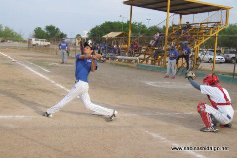 César Leza de Rayos en el softbol sabatino