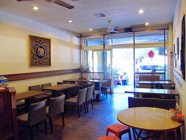 生意實在太好所以增加了木桌跟塑膠椅-泰僑村台中泰式料理