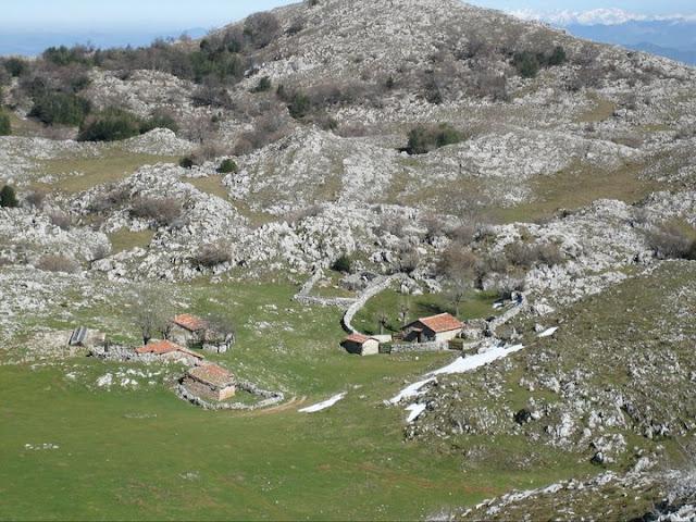 Rutas Montaña Asturias: Cabañas en Vega La Cueva desde arriba