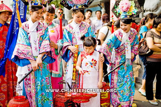 2012 Chinese Girls in Manchu Costume