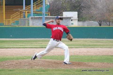 Luis Valle lanzando por Cerveceros en el beisbol municipal