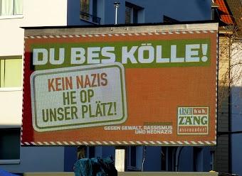 Großbildschirm: »Du bes Kölle! Kein Nazis he op unser Plätz!«.