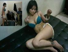 عارضة أندونيسية شبه عارية في قسم شرطة