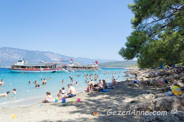 Sedir (Kleopatra) adasının karşısındaki İncekum plajına demir atmış tur tekneleri ve turkuaz denizde yüzenler, Gökova