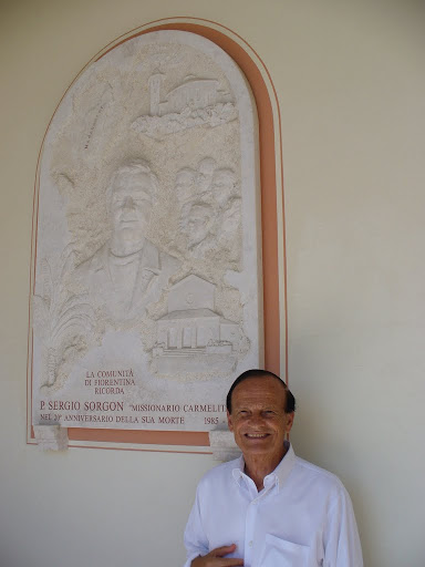 Padre Gino Sorgon presso la lapide che ricorda il cugino padre Sergio