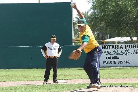 Humberto Vela lanzando por Insulinos en el softbol de veteranos