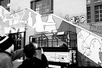 l'Aina i el Berni pintant el mural