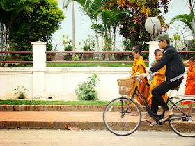 Niños monjes volviendo al templo al caer la tarde