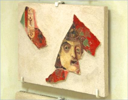 Sizilien - Solunto - Exponat im archäologischen Museum - Putzfragment aus dem Haus der Masken.