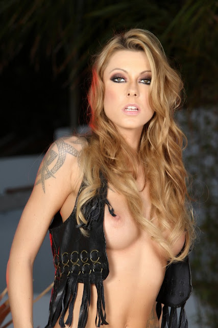 Aziani babe Chayse Evans shows her perky tits