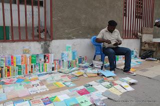 Vendeur des ouvrages en occasion au coin d'une avenue de Kinshasa. Radio Okapi/ Ph. John Bompengo