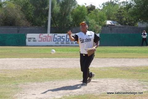 Hermenegildo Pecina lanzando por Hipertensos en el softbol de veteranos