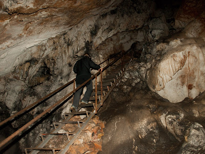 L'accés a l'interior de la cova és fàcil, i hi ha 3 trams d'escala i diversos passamans