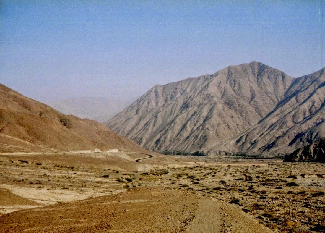 Das Ende der Wüstenetappe. Bei Nazca zweigt eine Straße nach Cuzco und damit hinauf in die Anden ab. Zunächst geht es noch ein Stück durch dieses trockene Flusstal, dann werden die Berge langsam höher.