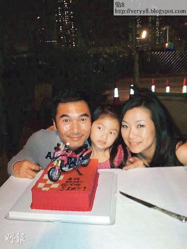 本月17日是方中信50歲生日,老婆莫可欣與囡囡準備電單車蛋糕,甚有心思。(微博圖片)