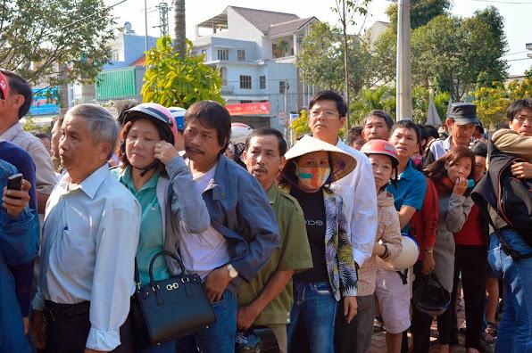 Người dân xếp hàng vào viếng ông Thanh (ảnh Đoàn Sơn)