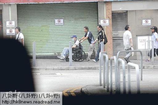 劉家輝坐輪椅由親友推往酒樓飲茶。