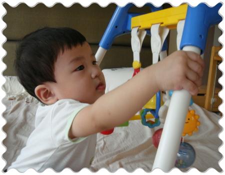 寶貝耕輔玩著Combi的玩具