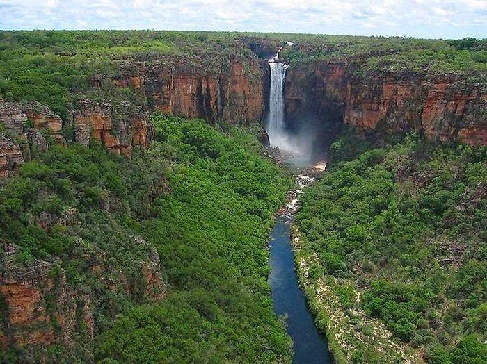 Австралия | Достопримечательности | Национальный парк Какаду Национальный парк Какаду покрывает территорию в 20 000 квадратных километров с 4 реками, множеством равнин, горных формирований, холмов и долин. Какаду богат множеством редких видов флоры и фауны, обитающих в естественной среде. Здесь можно как разложить палатку и ночевать под открытым небом, так и поселиться в мини-гостиницах.