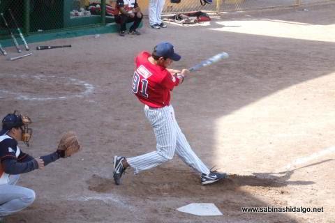 Luis Valle bateando por Amigos en el softbol dominical