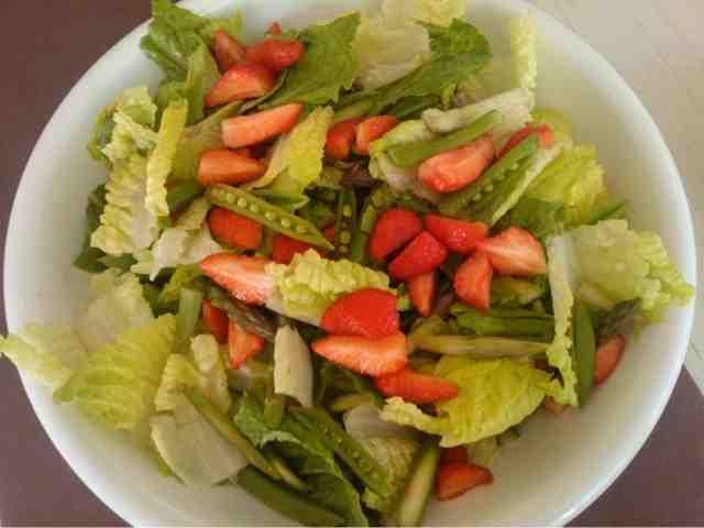 gladformadpigen : Jordbærsalat med grønne asparges , sukkerærter og mormordressing