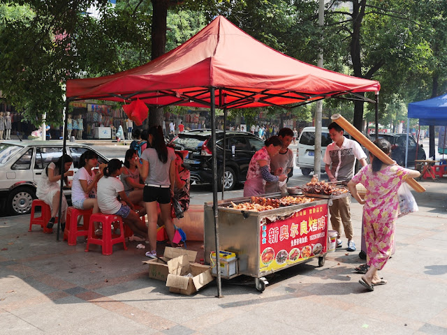 新奥尔良烤鸡 (New Orleans Roasted Chicken) food stall on a sidewalk in Hengyang