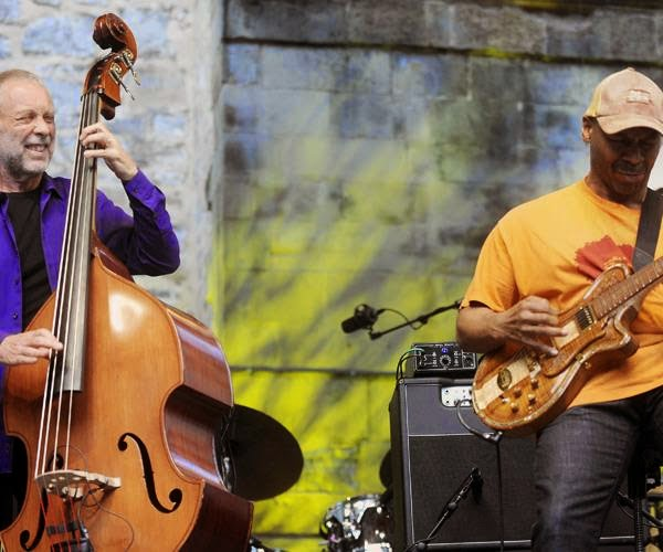 British musician Dave Holland (L) performs US guitarist Kevin Eubanks during the fourth day of the 49th Jazzaldia Jazz festival of San Sebastian, north of Spain, on July 26, 2014.