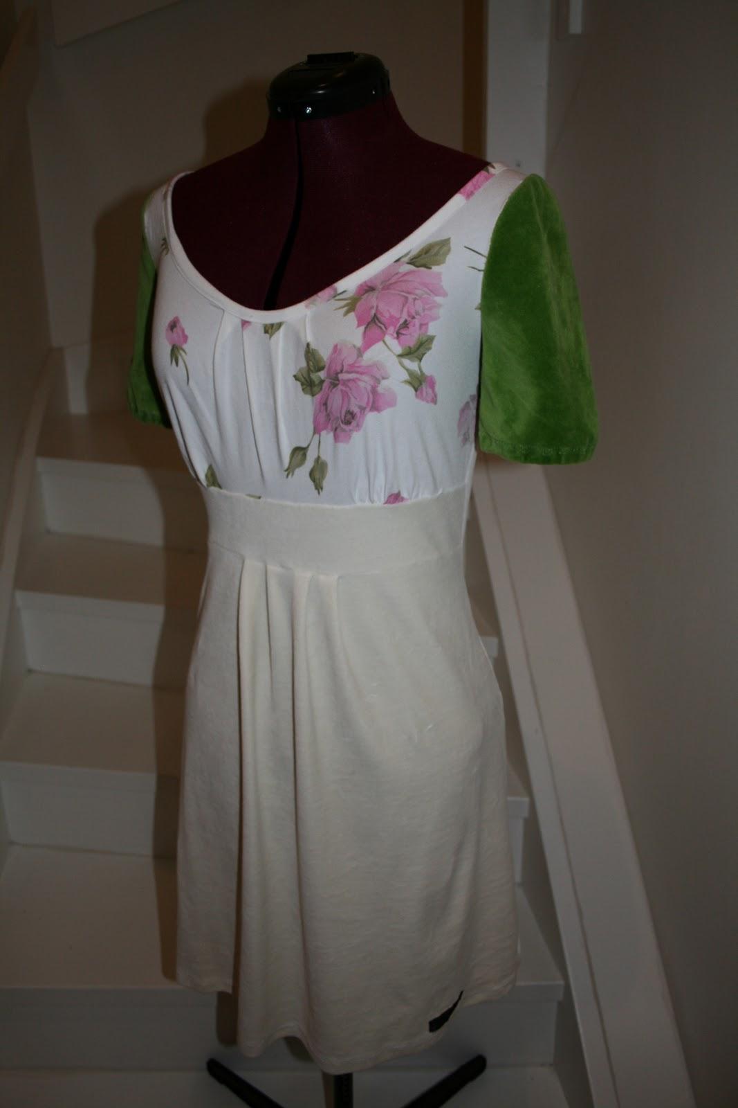 23f5ac4fdbef Damekjole i off-white chenille. Blomster-stoffet er jersey og de grønne  ermene er i chenille.