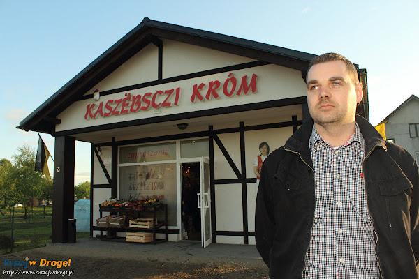 Krystian Wolski przed sklepem Kaszëbsczi Króm