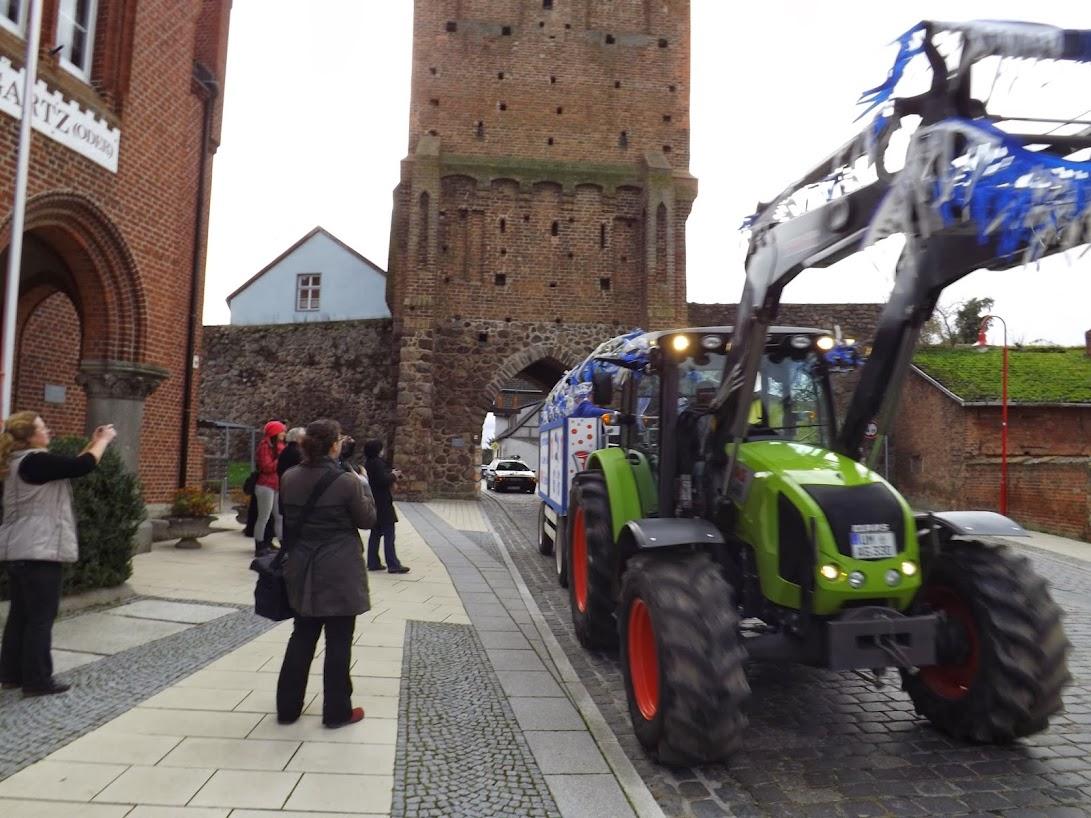 Gegen diese schwere Technik war der Bürgermeister hilflos... (Zum Öffnen der Bildergalerie auf das Bild klicken, alle Bilder A.M. für © gemeinde-tantow.de)