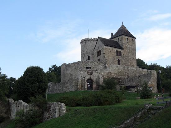zamek będzin z murami zamku dolnego
