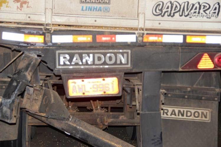 Na Euclides da Cunha carro bate em traseira de caminhão carregado.