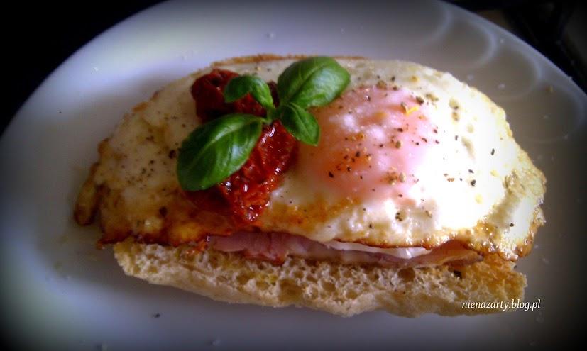 jajka sadzone na grzankach z szynką
