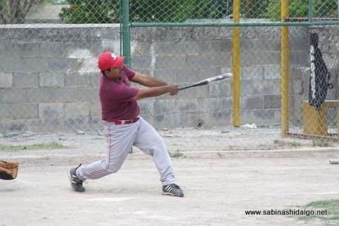 Rubén Cantú bateando por Burócratas B en el softbol dominical