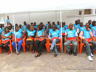 Des agents de la Ceni assistant à l'incinération des matériels et des documents déclarés inutilisables le 7/10/2014 à Kinshasa. Radio Okapi/Ph. John Bompengo