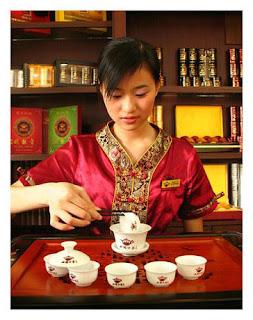 Китаянка заваривает красный чай