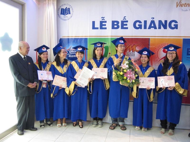 ác nhóm đã hoàn thành tốt chương trình khóa học của mình với những Nhóm đề tài xuất sắc và tiêu biểu. Với sự hiện diện của Thầy Trần Hoàng, chủ tịch VietnamMarcom,