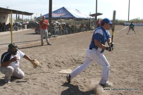 David Montemayor de Ponchados en el softbol del Club Sertoma