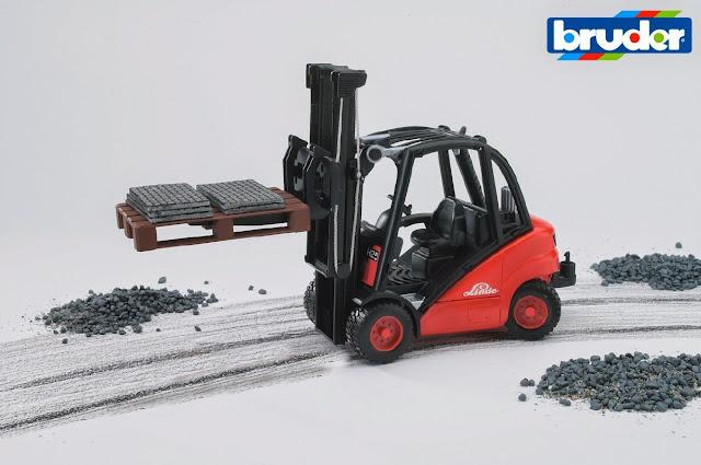 Xe nâng hàng BRU02511 có thể chơi trong nhà hoặc ngoài trời