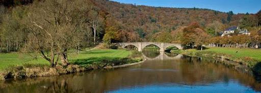 Bruselas Valonia: paisaje campestre - puente medieval sobre un rio