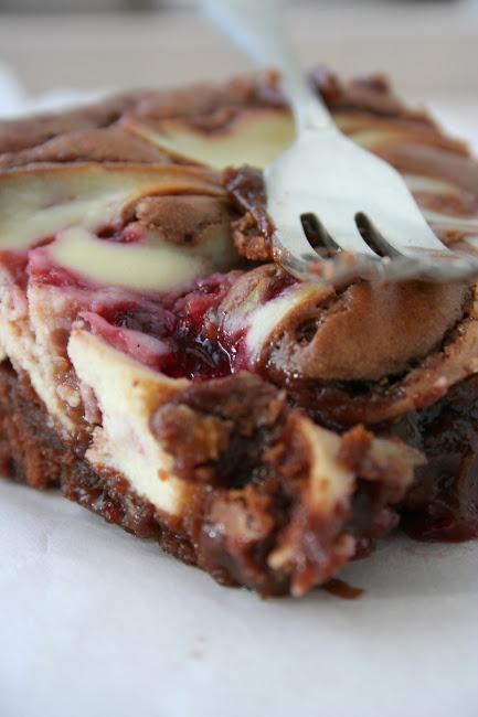 Brownies z serem i dżemem malinowym