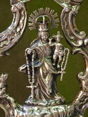 Insignia de la cofradía de la Virgen del Rosario