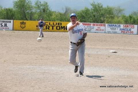 Juan Andrés Acevedo lanzando por SUTERM en el softbol del Club Sertoma